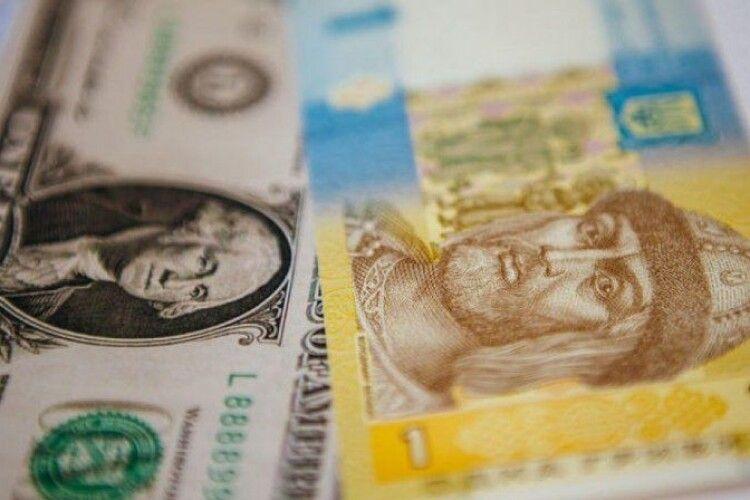 Гривня відносно долара знецінюється десятий день поспіль