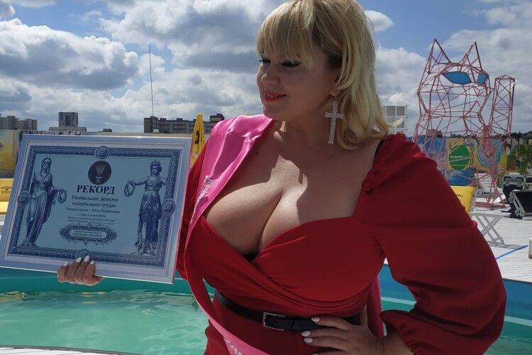 У володарки найбільших в Україні грудей 13 розмір (Фото)