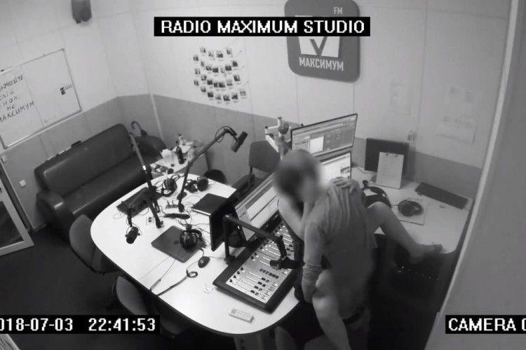 «Секс перед мікрофоном»: у студії київської радіостанції... парочка влаштувавла пристрасне побачення