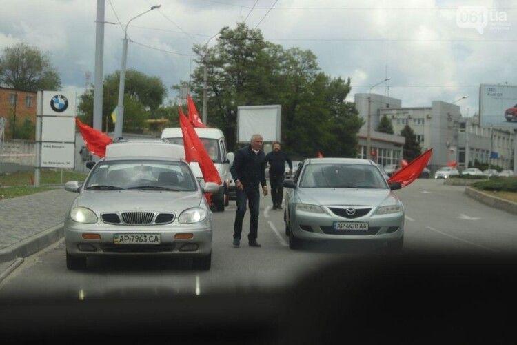 Через автопробіг із червоними прапорами в Запоріжжі сталися сутички