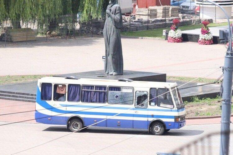 В автобусі є поранений, вагітна жінка і дитина, – «луцький» терорист журналістам