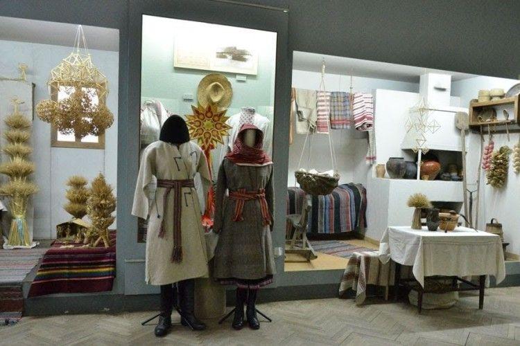 У Волинському краєзнавчому музеї діє виставка «Різдвяно-новорічні свята на Волині» (Фото)