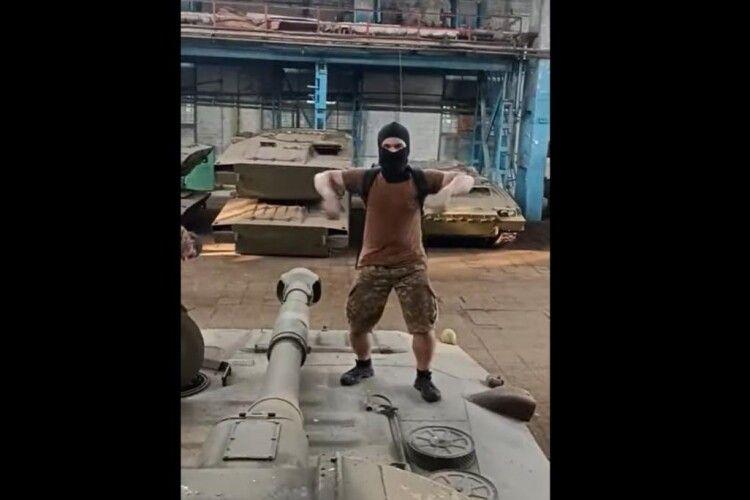 Блогери проникли на український оборонний завод та станцювали на військовій техніці (Відео)