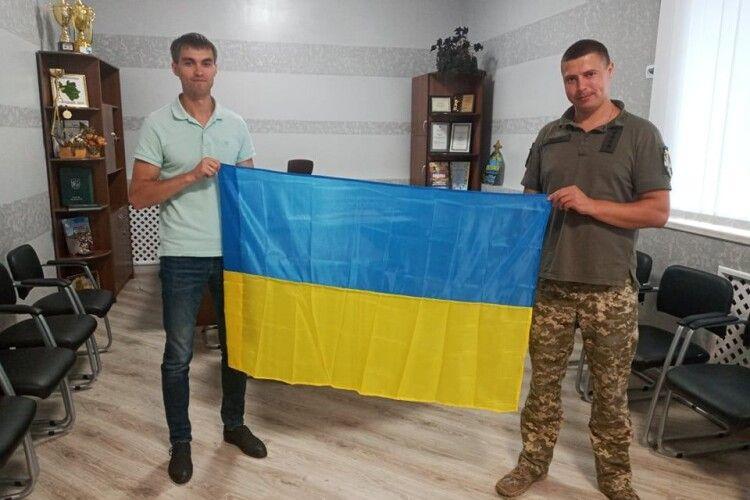Військові подарували синьо-жовтий стяг очільнику громади на Волині