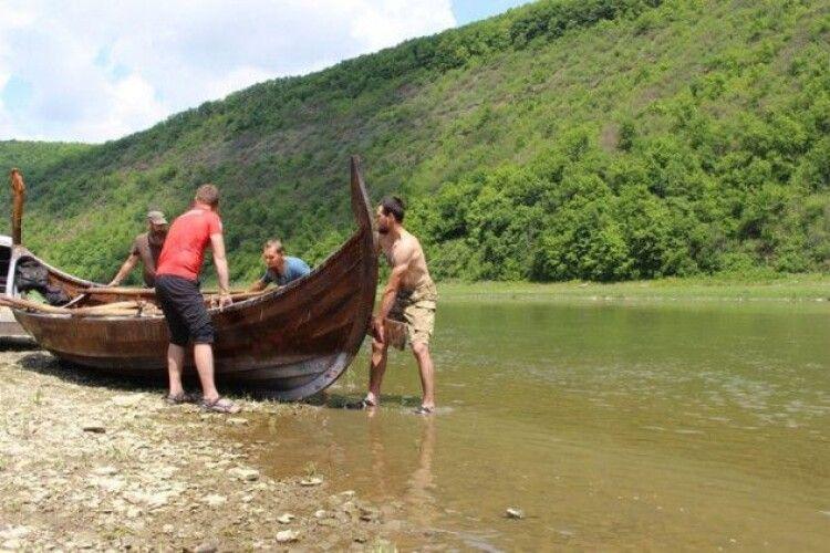 На Дністер спустили середньовічний корабель вікінгів