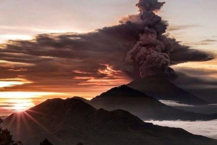 На Балі відбулося виверження священного вулкану Агунг