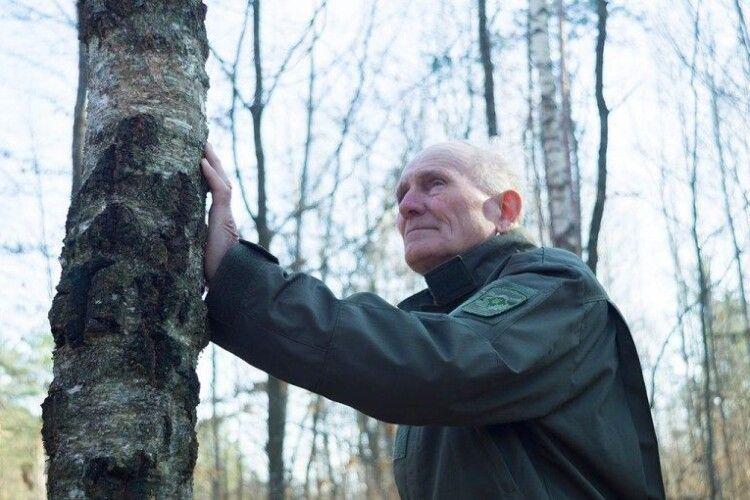 Волинський лісівник доглядає ліс, який у 1934 році садила його матір