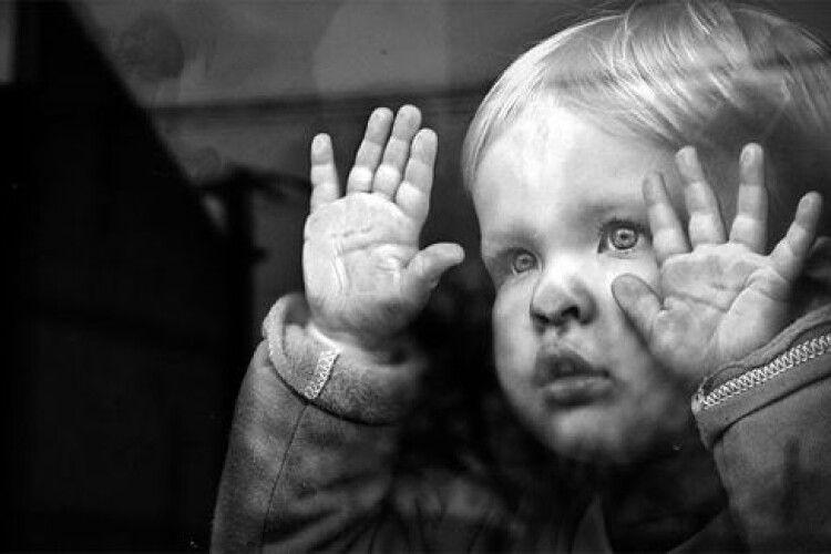 На Волині маму позбавили батьківських прав на двох малолітніх діток