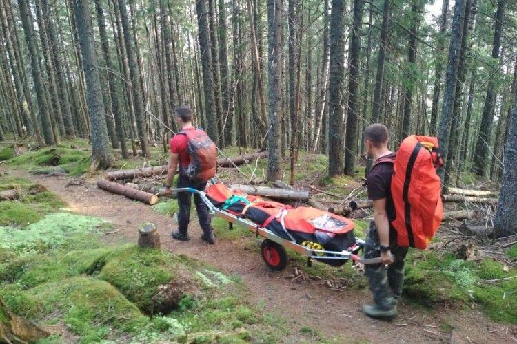 Бійцям ДСНС довелося знімати з гори у Карпатах туриста, який забив ногу