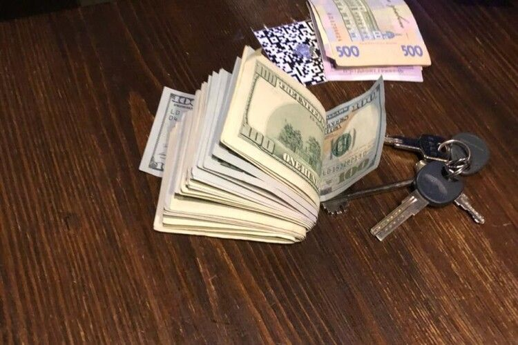 Повідомилипро підозру волинському податківцю, який вимагав у підприємців дві тисячі доларів щомісяця