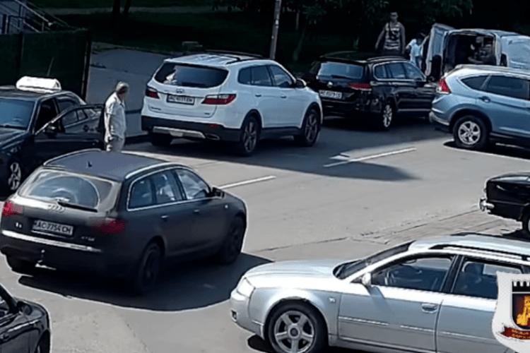 У Луцьку водійка протаранила припарковане авто і втекла (Відео)