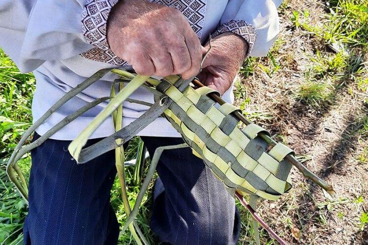 Дід Митрофан із Камінь-Каширщини плете постоли