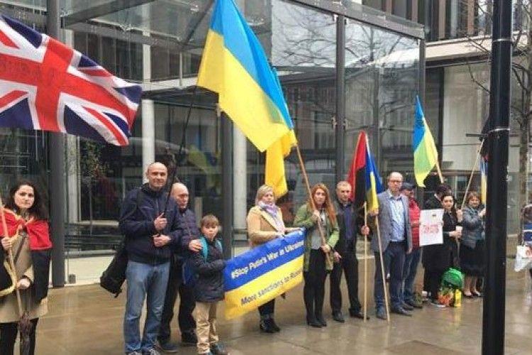 Британські активісти провели акцію протесту під резиденцією Ахметова у Великій Британії