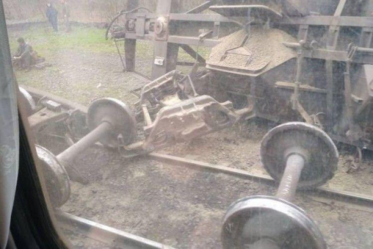 На Донеччині зійшли з рейок три вантажні вагони (фото)
