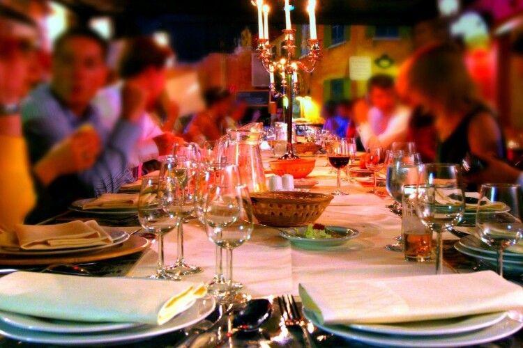 Кафе та ресторанам дозволили працювати в новорічну ніч: до скількох