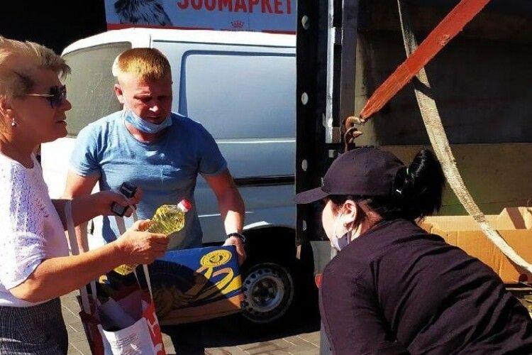 Луцькі волонтери відправили бійцям на Схід бус з водою й продуктами