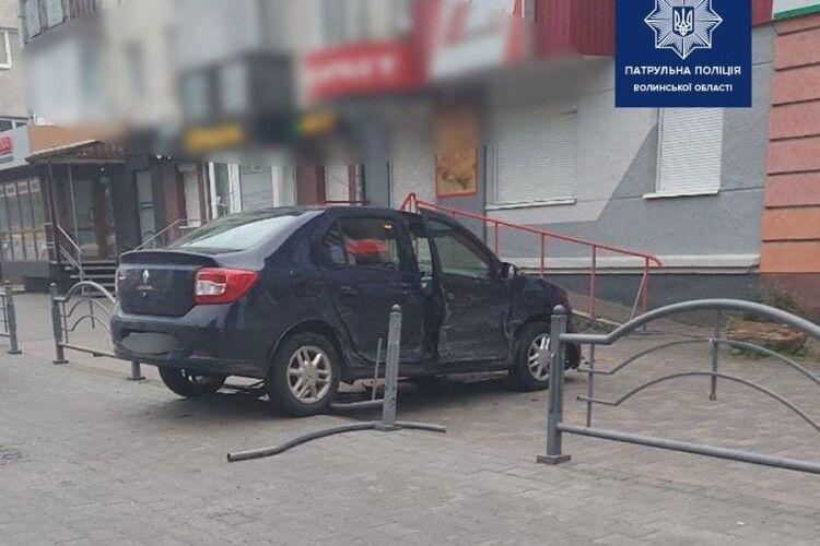 У Луцьку зіткнулися дві автівки: одна влетіла на тротуар