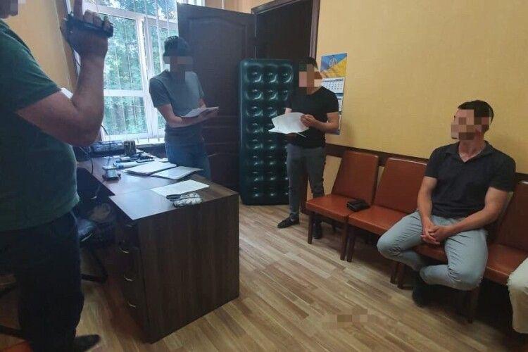Шантажував «записами» розмов про вбивство депутата — співробітника СБУ впіймали на хабарі