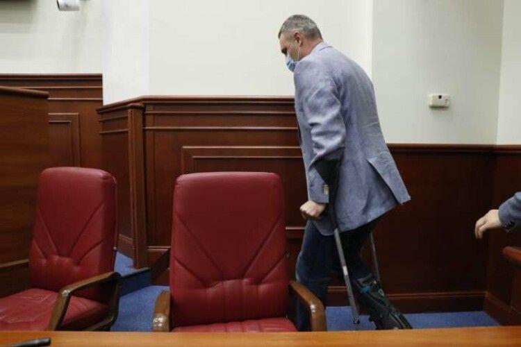 «Можу накостиляти»: Кличко прийшов на засідання Київради на милицях