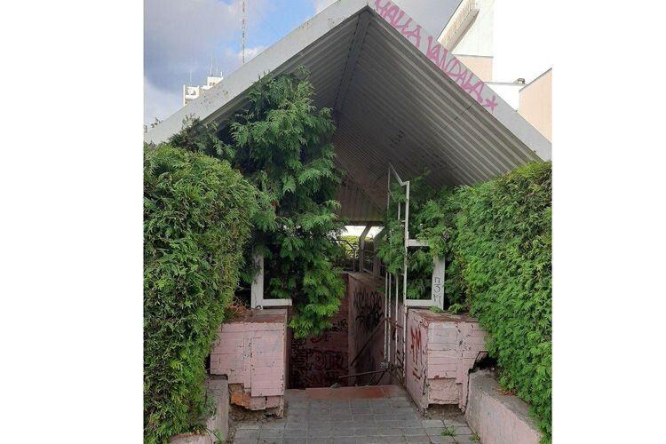 Здоровий глузд незавжди перемагає: громадська вбиральня у Луцьку пустує, біотуалети поряд – тхнуть на всю центральну площу