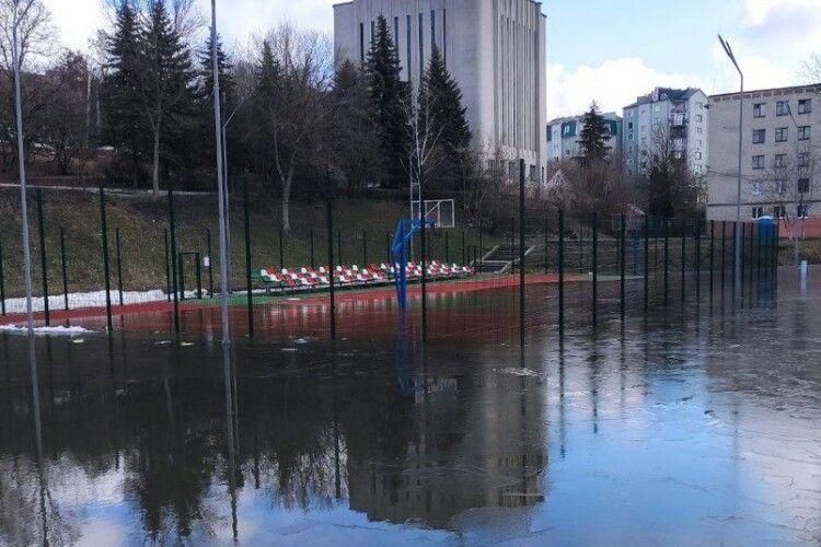 Із затопленого у Луцьку баскетбольного майданчика відкачують воду