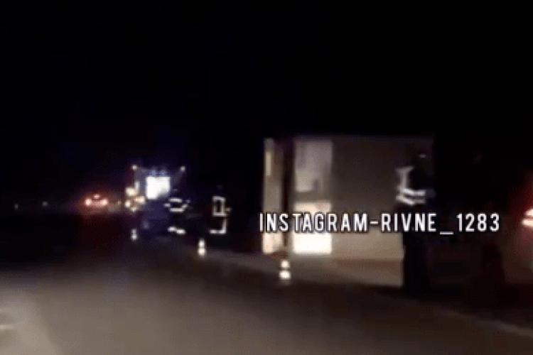 «Далекобійник задрімав за кермом»: біля Рівного перекинулася вантажівка (Відео)