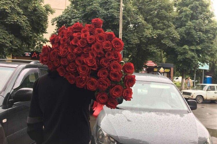 Лучанин подарував дружині букет із 61 троянд