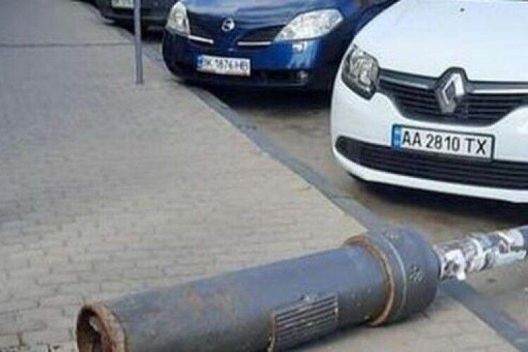 У Костополі електричний стовп упав на припарковане авто (Фото)