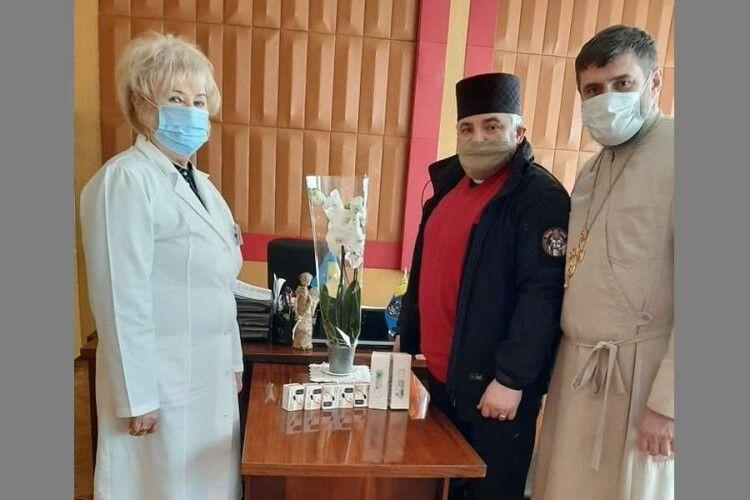 Військові капелани передали луцькій лікарні безконтактні термометри