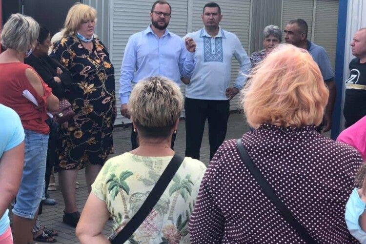 Ігор Поліщук з Григорієм Недопадом скупилися фруктами і овочами на ринку