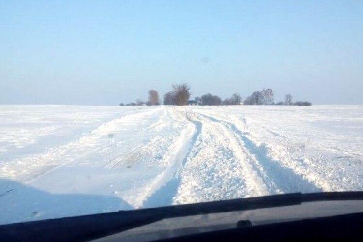 На Волині аграрії допомогли визволити із снігового полону 13 автівок і «швидку» (Відео)