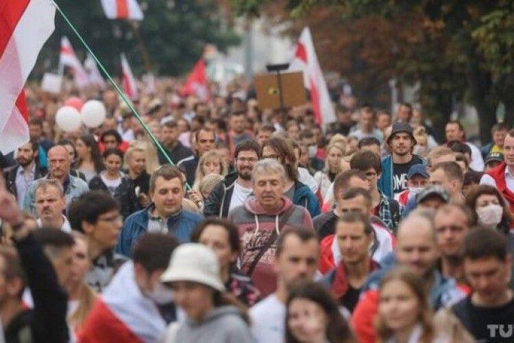 Маразм міцнішає: білорусів збираються карати за «незаконне використання прапорів»