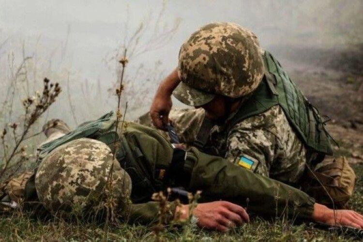 Поранений український солдат помер під час евакуації до медзакладу (Відео)