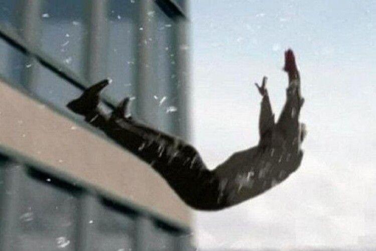 У Луцьку чоловік впав з вікна четвертого поверху і помер в кареті «швидкої»