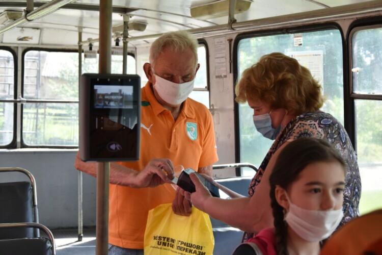 У громадському транспорті Луцька перевіряють, чи платять пасажири за проїзд електронним квитком