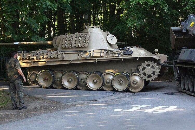 У Німеччині судять 84-річного діда, який ховав вдома нацистську танк «Пантера»