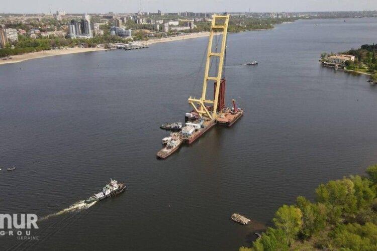 У Запоріжжі посеред Дніпра застряг кран-гігант «Захарій»