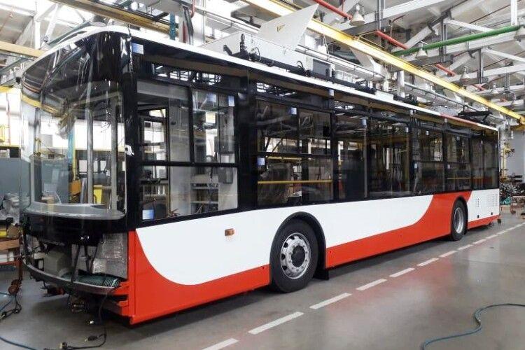 Для Луцька складають нові червоно-білі тролейбуси (Фото)