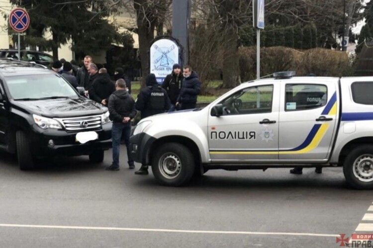 У центрі Луцька поліцейські закували двох чоловіків з «лексуса» у кайданки. Проводять обшуки (Фото)