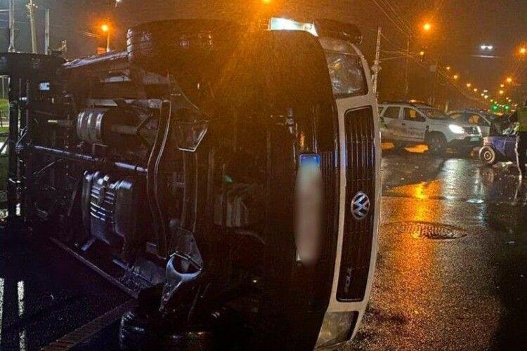 З'явилося відео моменту жахливої аварії у Луцьку, де перевернувся  бус (ВІдео)