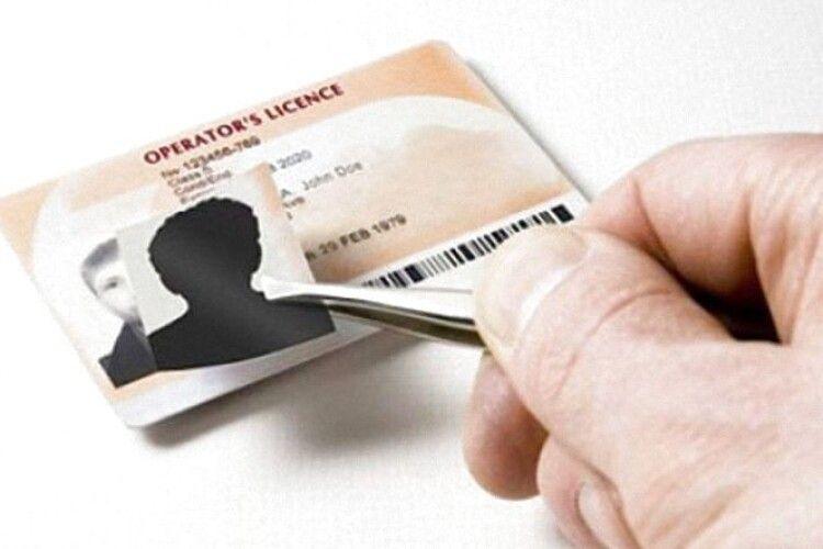 Біля Ковеля зупинили 18-річного водія з фальшивим посвідченням