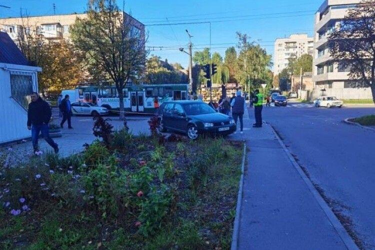 У Луцьку авто влетіло на зупинку і збило хлопця