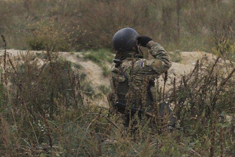 На Сході від пострілу ворожого снайпера постраждав військовослужбовець