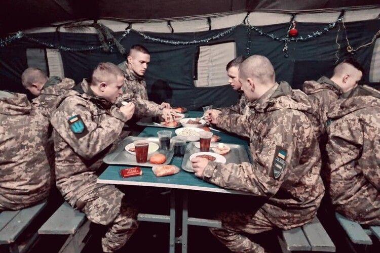 Військовослужбовці смакували камінь-каширськими пончиками (Фото)