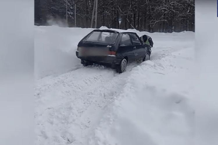 Волинські патрульні допомогли водію вибратися зі снігу (Відео)
