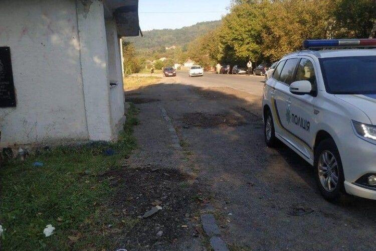 Автомобіль врізався в автобусну зупинку: є загиблі (Відео)