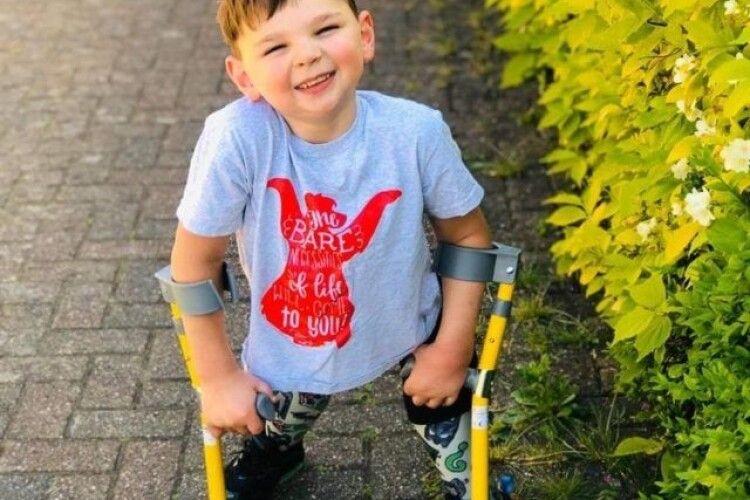 П'ятирічний хлопчик пообіцяв, що кожен день буде ходити пішки на милицях — і за червень пройде 10 км