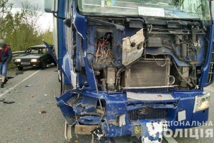 На Рівненщині під час моторошної ДТП вантажівка «Renault Premium» перетворила на купу металобрухту «ВАЗ 2109» (Фото)