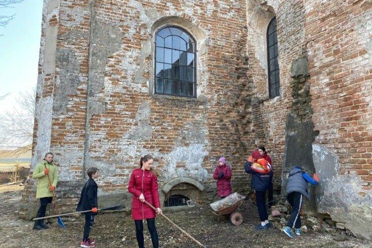 У Голобах прибрали територію найстарішої будівлі селища (Фото)