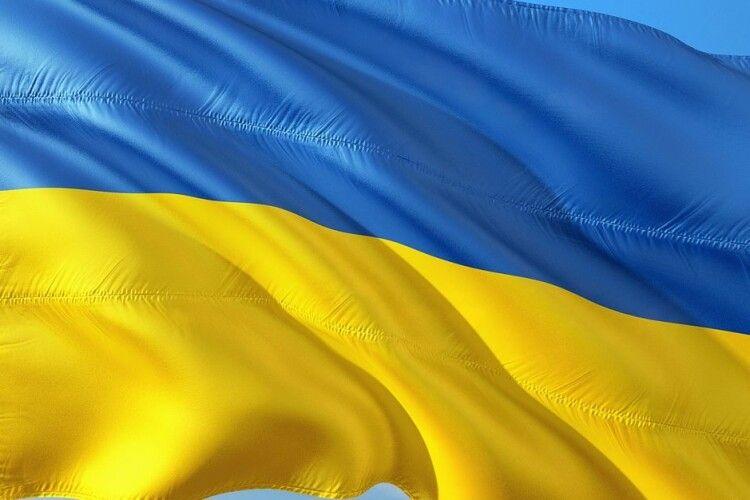 На Горохівщині молодик пошкодив прапор України і потоптався по ньому